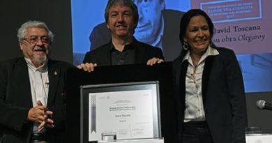 Otorgan Premio Xavier Villaurrutia 2017 a David Toscana por la novela Olegaroy
