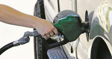 Sí, el impuesto al carbono y otros hacen la gasolina absurdamente cara