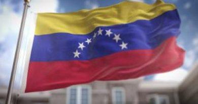 John Oliver se equivoca con Venezuela: Es un país socialista