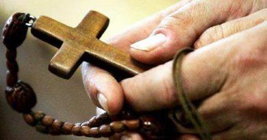Francisco pide rezar el Rosario contra los ataques del diablo