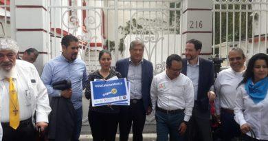 Ola Celeste México entrega a AMLO firmas por la vida y la familia