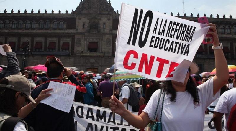 """AMLO y la CNTE está en un peligroso juego de """"vencidas"""", advierten"""