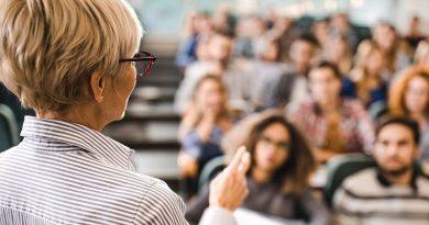 profesores universitarios empujan a los estudiantes al socialismo
