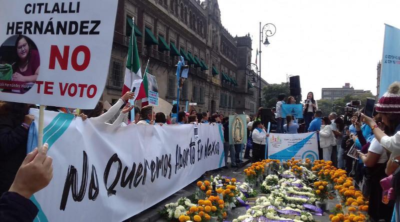 """""""No queremos aborto en México"""", protestan Movimientos Unidos por la Vida frente a Palacio Nacional"""