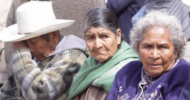 AMLO propone establecer pensiones y becas en la Constitución