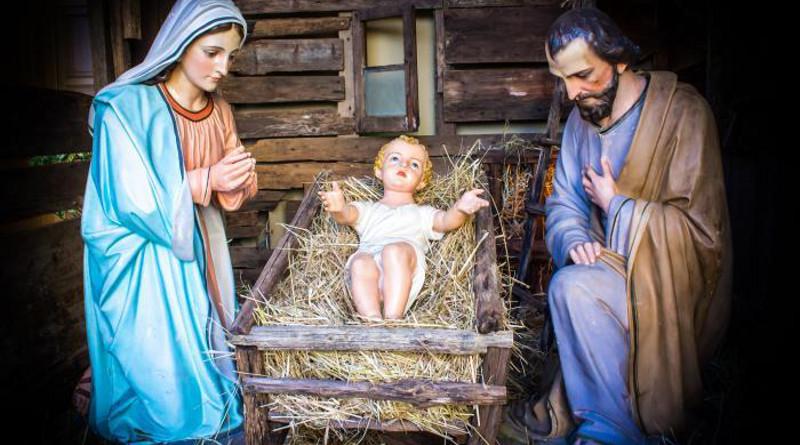 El Niño Dios en el pesebre, con María y José