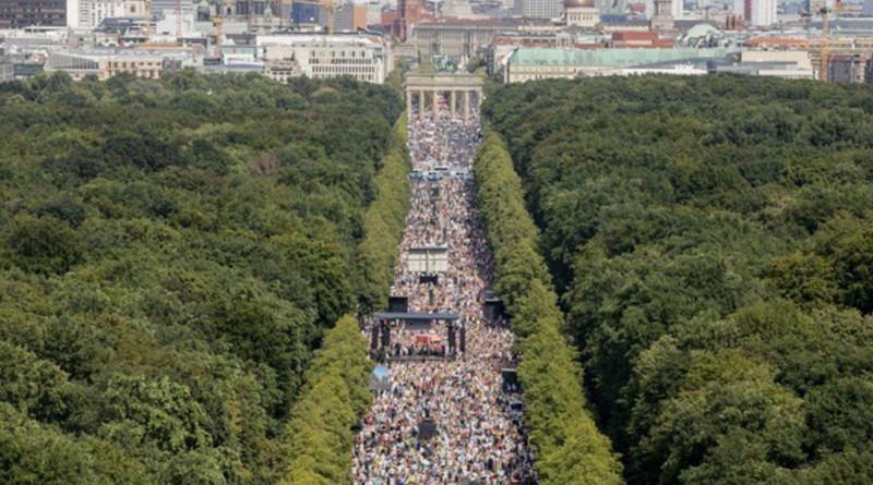 Exigen en Berlín termine el encierro; quieren recuperar su libertad individual.