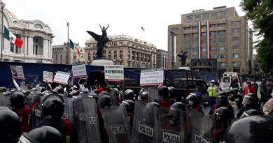 #FRENAAA acampa en Avenida Juárez, hasta que los dejen entrar al Zócalo de la Ciudad de México