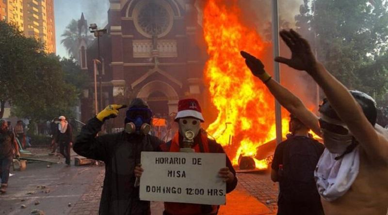 En relación con la quema de dos iglesias en Santiago de Chile, el domingo 18 de octubre de 2020, las personas de fe tendrían que tener el valor de salir a defender sus templos.