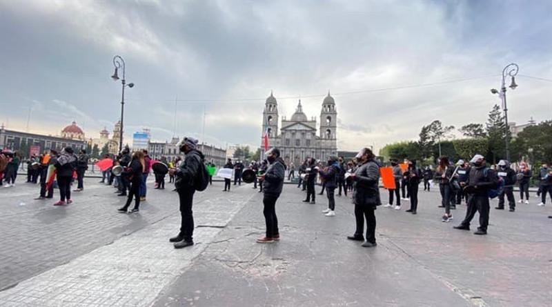"""Restauranteros mexicanos exigen reapertura de sus negocios. Realizan """"cacerolazo"""" en la Ciudad de México y en Toluca, Estado de México."""