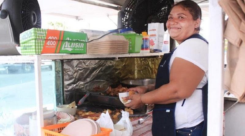 La difícil situación económica provoca que matrimonio se dediquen a la venta de alimentos en la vía pública.