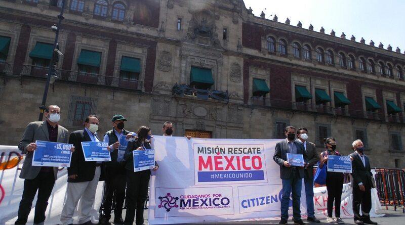 Misión Rescate México entrega en Palacio Nacional 15 mil firmas recolectadas en CitizenGO para que López Obrador demuestre su compromiso con el combate a la corrupción y meta a la cárcel a los corruptos de antes y a los de ahora.