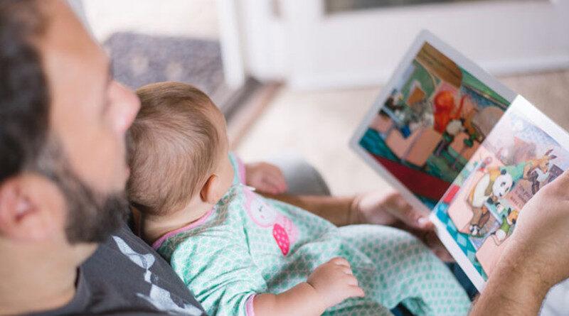 Leer en familia es una de las varias maneraqs de llenar los tiempos de los hijos y evitar su desánimo.